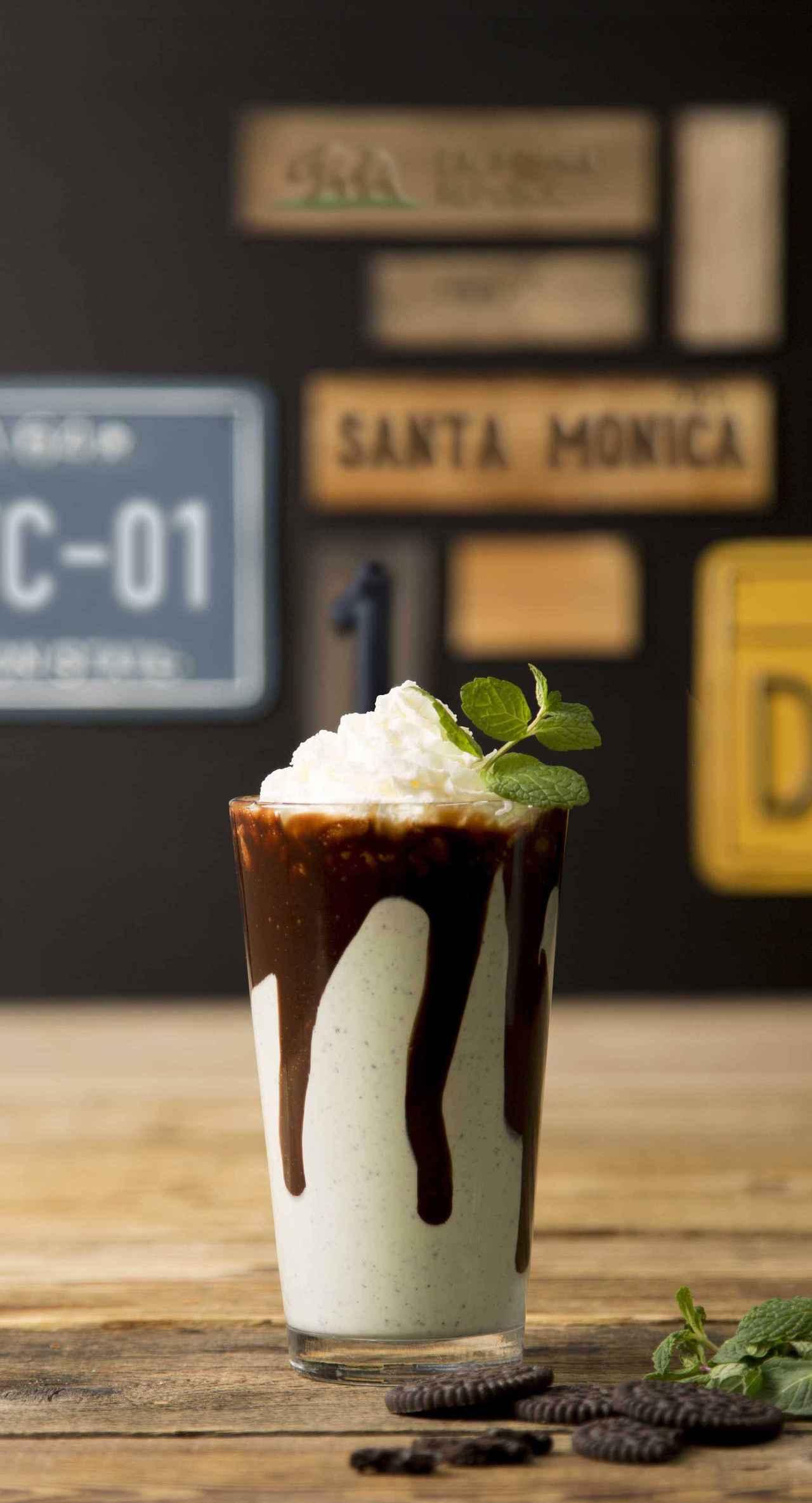 画像: ■CHOCOLATE MINT(チョコレートミント) 990円 これからの季節にピッタリな、爽やかチョコミント味のシェイクが期間限定登場。 チョコレートクッキーのザクザク食感と、濃厚なチョコレートソース、後から追いかけてくるスーッとした爽快感がたまらない!食後のデザートはもちろんのこと、ブレイクタイムでもお楽しみ下さい。