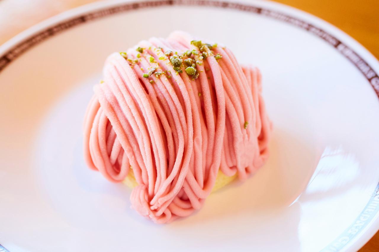 画像: 「苺モンブラン」:360円(税込) 鮮やかな色合いが見た目にも可愛い、春らしいモンブラン。福岡県産あまおう苺のホイップクリームを使用しました。中にもあまおう苺のソースが入っており、苺の美味しさをたっぷり味わえます。