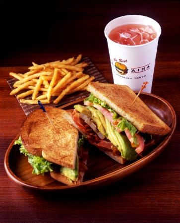 画像: 「B.L.T.& アボカドサンドウィッチ」…¥1,018 日本航空(JAL)の機内食としても提供されたクア・アイナ人気のサンドウィッチ「B.L.T.(ベーコン、レタス&トマト)」に、たっぷり完熟アボカドをトッピング。カリカリに焼いたベーコンとアボカドの食感も楽しい人気No.1サンドウィッチ。
