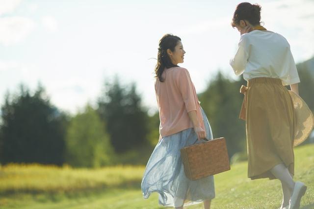 画像2: 羊毛のブランケットにくるまって北海道の景色を眺める
