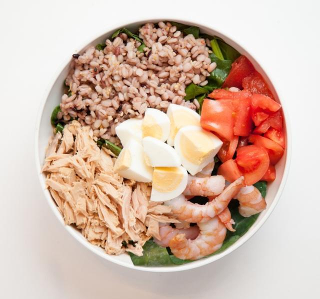 画像: シラチャーシュリンプ 1,190円(税別) 栄養価に優れたグレインズに、シュリンプ、ツナ、卵などをミックス。ヘルシーでありながらもボリューミーな食べ応え。