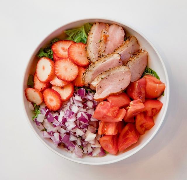 画像: ベリーズ&ダック 1,140円(税別) 果汁溢れるフレッシュないちごと、かみ締めるたびに旨味滴るジューシーな鴨。この2つの具材が織りなす濃密な味わいは、まるでビストロのスペシャリティーを楽しんでいるかのようなインパクトを放ちます。小さく散りばめられた紫玉ねぎが、まろやかなワンボウルにピリッとほろ苦いアクセントをプラス。最後に香り高いトリュフドレッシングをふりかけて、大人テイストに仕上げました。思わずワイングラスを傾けたくなる一皿です。