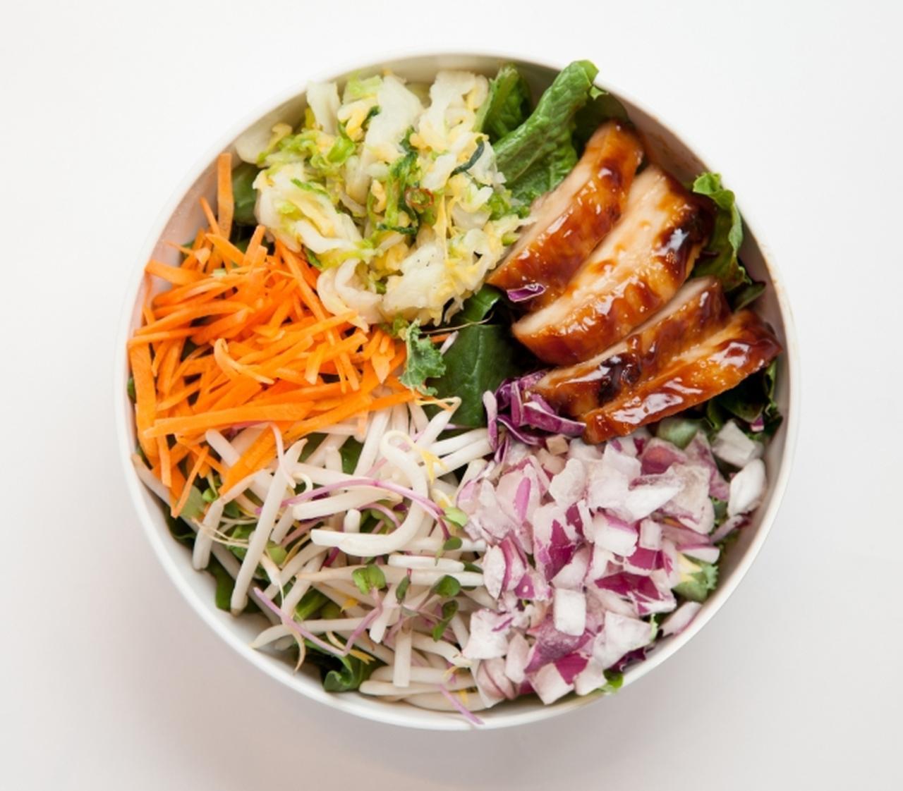 画像: TERIYAKI.jp(テリヤキドットジェーピー) 1,020円(税別) 白菜の浅漬けや照り焼きチキンなど和の具材をちりばめた一皿。香ばしいガーリック味噌ジンジャードレッシングが味の決め手。
