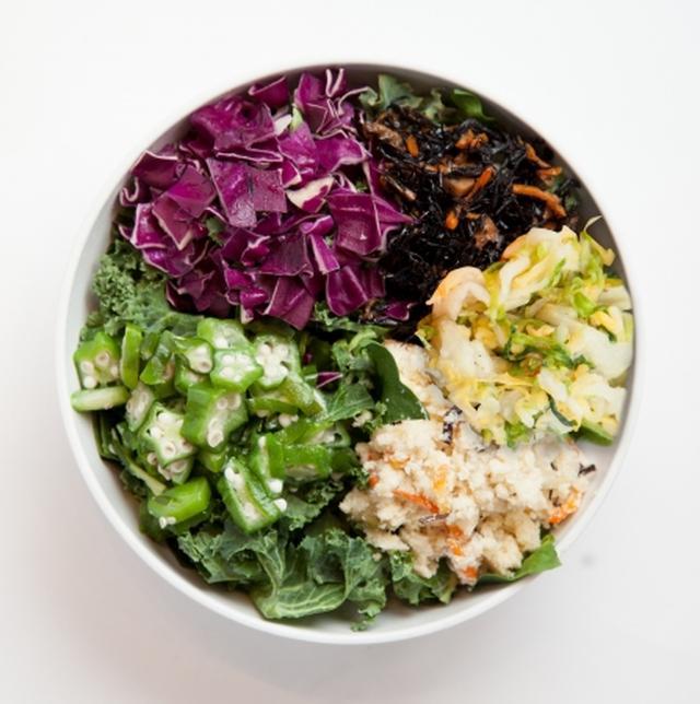 画像: BBB(ベッピン・ビューティー・ボウル) 1,030円(税別) ひじきやうの花といった和の具材に、ビタミン豊富なオクラや紫キャベツを追加した美容サラダ。