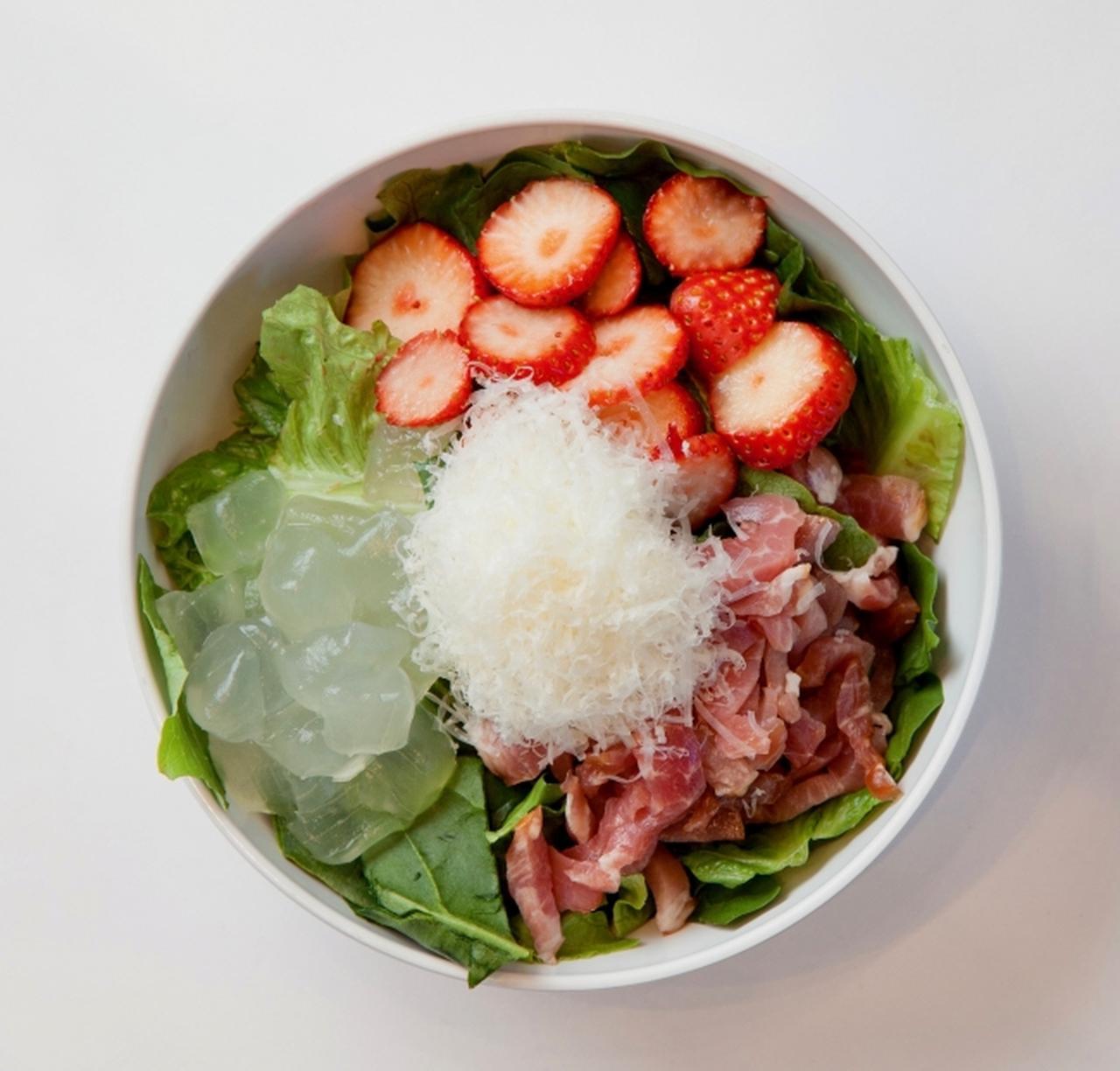 画像: ベリーズ&プロシュート 1,190円(税別) レッド、ピンク、グリーンが彩る華やかなルックスが春の訪れを告げる一皿は、甘酸っぱいいちごと程よい塩気の生ハム、ぷるんと弾けるアロエの食感が楽しめる贅沢かつ新感覚のサラダ。 バルサミコビネグレットドレッシングが甘みと酸味、塩気をとまとめ、仕上げにはシェイブドパルメザンチーズをふりかけて、コクをプラスしました。