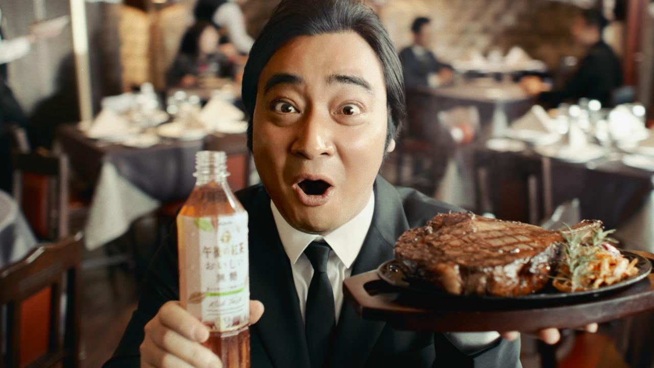 画像: 肉々しいステーキを持つ斉藤さん
