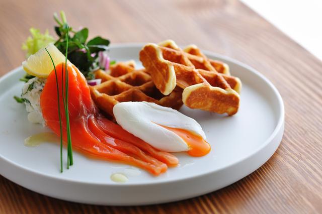 画像: ・ワッフル OMO7 旭川 朝食ビュッフェのメインとなるライブキッチンメニュー。周りはサクッ、中はフワァとし たライトな食感に仕上げました。サラダや自家製マリネサーモン、玉子料理をお好みでトッピングした 新しいスタイルと、フルーツソースやクリームをのせた定番スタイルで、ワッフルを2度楽しんでいただけます。 ・サラダ 彩り鮮やかな野菜をスライスしたサラダを筆頭に5種類を用意。サラダに合わせるドレッシングは8種 類。北海道ならではの「山わさび」やジャガイモ、人参などの濃厚な野菜ドレッシングもあり、様々 な組み合わせでどうぞ。 ・パン 食パン・塩パン・ブリオッシュなどのスタンダードラインから、スイーツ感覚で楽しめる変わりパン が並びます。どれも魅力的なフォルムなので心の底から迷う方続出です。パンの相棒ジャムは8種類。 はちみつ・果物ジャム・ピーナッツバターも登場します。