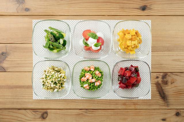 画像: ・サラダ 900円 6種類のサラダが毎日3種類1組となって提供されます。尚組み合わせはカフェ店長の気分次第。 トマトベースのソースをお皿に敷いて、そのうえに3種類のサラダが入ったヴォロヴァンが乗ります。 ヴォロヴァンを崩して、すべて混ぜるのがOMOらしい食べ方。カラフルなサラダに心躍ります。 ・赤いサラダ/ビーツとパプリカの真っ赤なサラダ ・黄色いサラダ/パプリカを中心とした、ビタミンカラーの美しいサラダ ・緑のサラダ/アスパラ、インゲン、ブロッコリーをジェノベーゼソースで ・羊のサラダ/羊のそぼろ肉と世界最小パスタ「くすくす」の混ぜ合わせ ・アボカドサラダ/海老とアボカドの最強コンビネーション ・トマトとモッツアレラチーズ/バジルをプラスしてさっぱりとした味わい