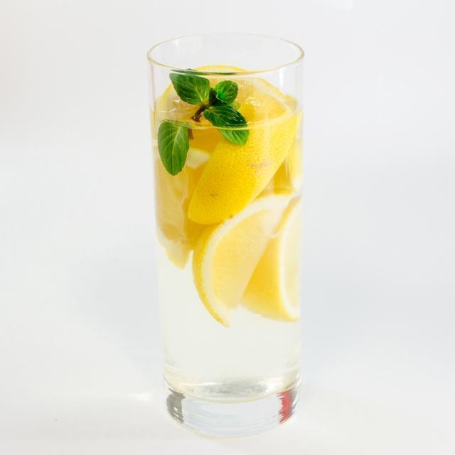 画像: レモンがたっぷりの「ゴロゴロレモネード」で乾杯♪ アルコールが苦手な方はソフトドリンクにも変更できます。
