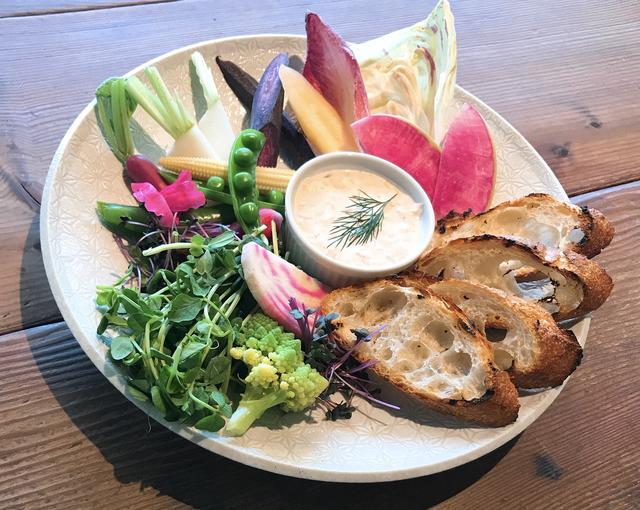 画像: 「春野菜のスティック、kiriとサーモンのリエットとともに」(ディナー) ・「キリ クリームチーズ」とスチームオーブンで火を通したサーモンを混ぜ合わせたリエットに野菜をディップ。