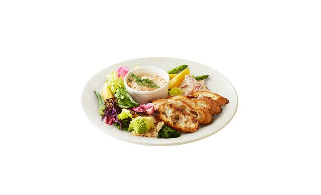 画像: 「春野菜のスティック、kiriとサーモンのリエットとともに」 ・「キリ クリームチーズ」とスチームオーブンで火を通したサーモンを混ぜ合わせたリエットに野菜をディップ。