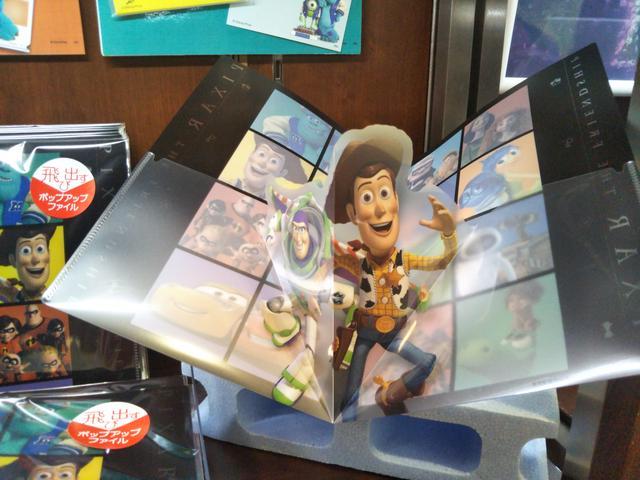 画像: ≪展覧会限定商品≫飛び出すポップアップファイル©Disney/Pixar ファイルを開くと、バズライトイヤーとウッディが飛び出します。