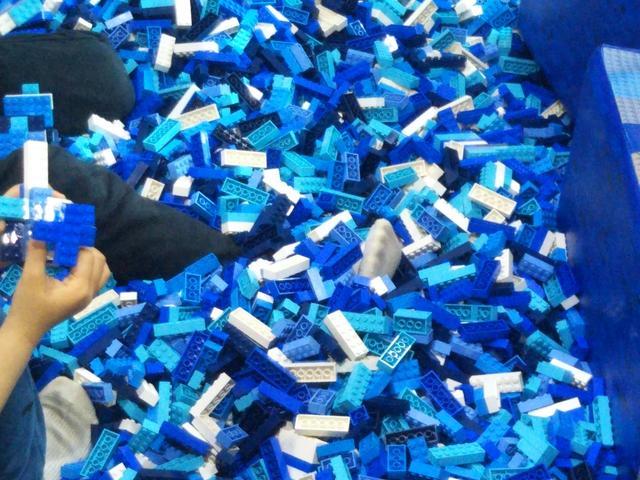 画像: ボールプールではなく「レゴプール」もあり、泳げるほどのレゴに埋もれてみたりも。