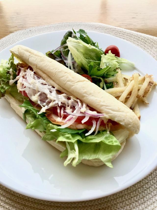 画像: スモークチキンのパニーニ(¥1,280/税込) スモークチキン、レタス、トマト、玉ねぎをサンドしたパニーニ。軽めのお食事にぴったりです。