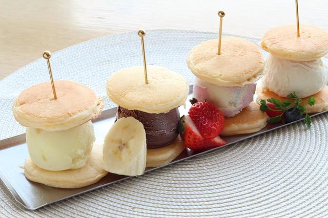 画像: アイスパンケーキ(¥1,260/税込) スタンダードなバニラ、チョコレートに、爽やかな味のパステルラムネとパイナップル、4種類ものアイスをパンケーキでサンドし、見た目も楽しめるメニューです。