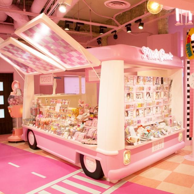 画像: ピンク色を基調としたカラフルでフォトジェニックなお菓子や雑貨を販売する、ピンク色バス。一部商品は、『moreru mignon』舞浜イクスピアリ店限定のパッケージとなっています。この他にも、カラーコンタクトも販売します。