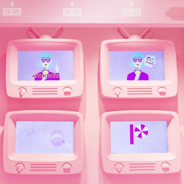 画像: 店内の遊び方や注意事項を、『moreru mignon』の世界観をイメージしたTV番組風のポップな映像で放映。ピンク色のブラウン管はフォトスポットにも最適