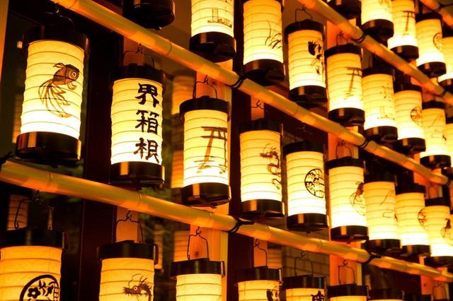 画像: 夕暮れに浮かぶ 小田原提灯