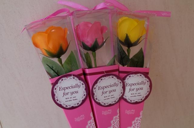 画像: [バスフラワー] お花をモチーフにした入浴剤。はなびらをちぎってお風呂に浮かべるとほのかな香りが癒してくれます。バラやヒマワリなど7種類。 商品名:バスフラワー 価格:各540円(税込) 提供店舗:スカイガーデン内 スカイウォークショップ期間限定『アラスカジュース』が登場!