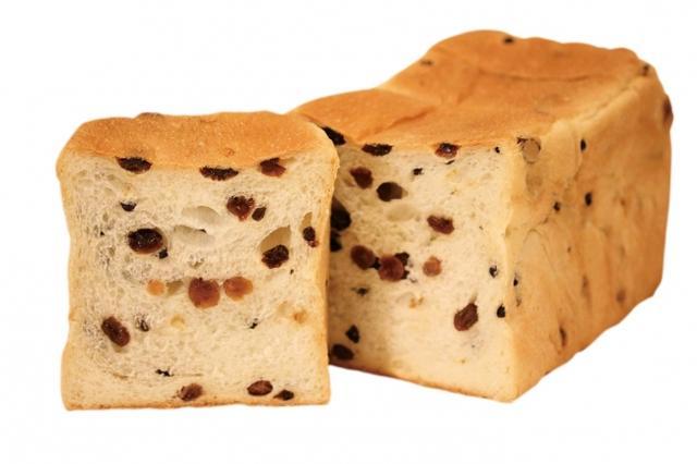 画像: 鬼ぶどう レーズン、白ぶどう、カレンヅの3種類のぶどうが鬼のようにたくさん入って、みずみずしさと芳醇な香りが口いっぱいに広がるレーズンづくしの食パン。 *7月販売