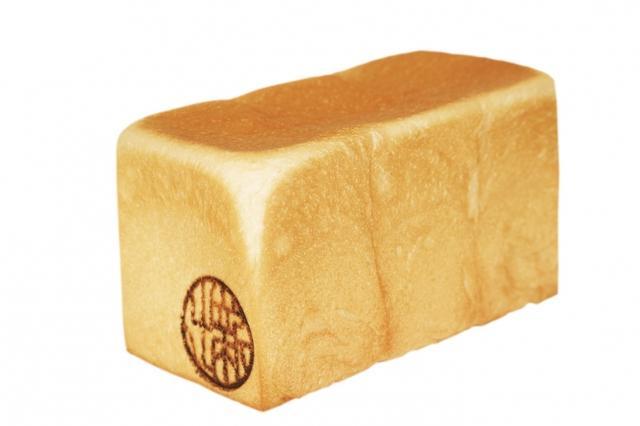 画像: 加賀匠 しっとり感を保ちつつ軽い口当たりに仕上げ、もちもちとした力強い弾力が特徴。耳が非常に薄く生地も柔らか。創業当初から不動の人気を誇る自慢の食パン。 *5月・7月販売