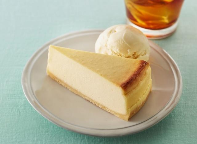 画像: 「ベイクドチーズケーキ」410円 スイーツプレート(ドリンク・アイス付き)780円~ なめらかな口あたりと、まろやかな味わいのチーズケーキ。口どけがよく、コーヒーとのペアリングにおすすめです。