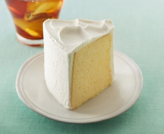 画像: 「シフォンケーキ プレーン」 490円 ケーキセット(ドリンク付き):790円~ さっぱりとした味わいのサワークリームを使用したホイップクリームで、ふんわり&しっとりのシフォンケーキをシンプルにお楽しみいただけます。