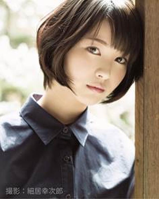 画像: 浜辺 美波(はまべ みなみ) 2000年8月29日生まれ、17歳。 第7 回「東宝シンデレラ」オーディションにてニュージェネレーション賞を受賞し、芸能界入り。同年公開の映画『アリと恋文』主演で女優デビュー。2017 年7 月28 日公開『君の膵臓をたべたい』ではヒロイン・山内桜良役を演じ、同作で、第30 回日刊スポーツ映画大賞新人賞、第42 回報知映画賞新人賞、第41 回日本アカデミー賞新人俳優賞を受賞。2018 年は、4 月15 日よりドラマ「崖っぷちホテル!」、 4 月27 日より映画『となりの怪物くん』が公開中。 8 月1 日公開映画『センセイ君主』が控える。