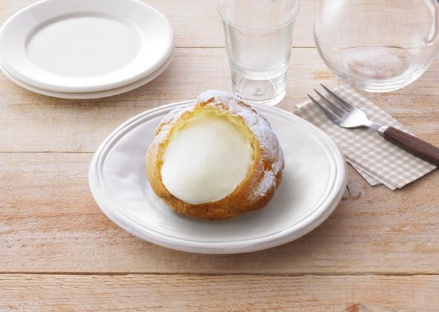 画像: 「夏のクリームシュー」 価 格: 1個 ¥125(税込¥135) 特 長: 宮古島産雪塩を隠し味に使ったクリームを、さっくり香ばしいシュー皮に詰めました。夏のおやつにぴったりな、後味すっきりクリームシュー。