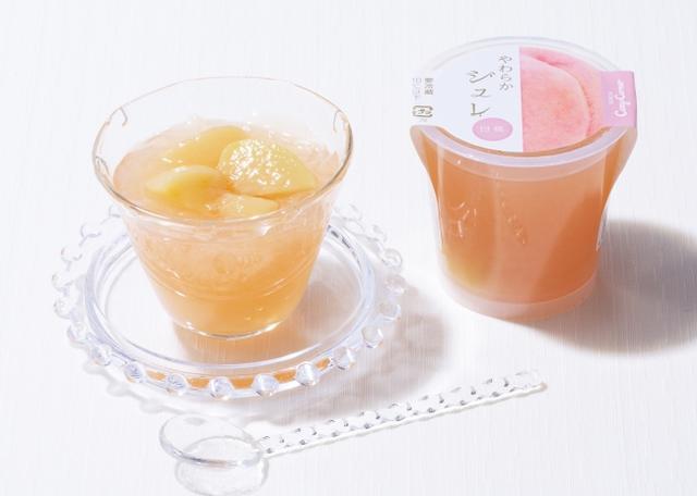 画像: 「やわらかジュレ(白桃)」 [NEW] 価 格: 1個 ¥180(税込¥194) 特 長: 白桃の上品な香りとほんのり甘みの広がる白桃ゼリーに、白桃のコンポートを入れました。この季節に食べたい、口あたりの良いやわらかなゼリーです。