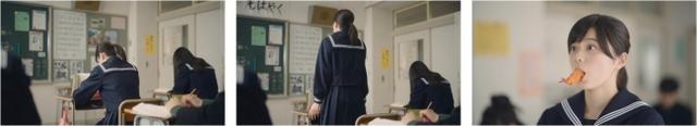 画像: 授業中、教科書を立てごそごそと動くさくら。 「あれ、さくらちゃん?」 「この問題を~、桜井」 「はい!!」立ち上がり、もごもごするさくら。