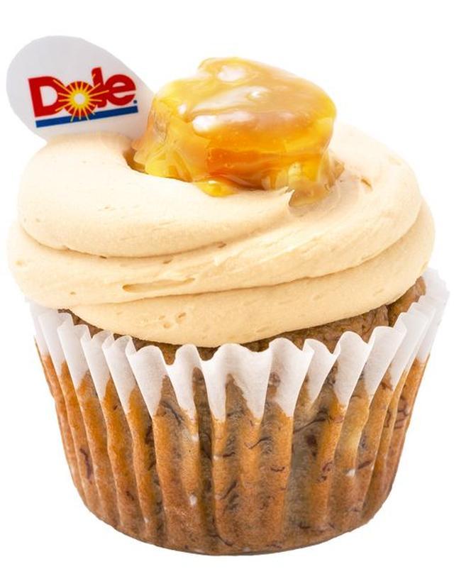 画像: 「極撰バナナ」(560円/税別) ドールが研究・開発した100種以上の中から選び抜かれた甘み、香り、食感、すべてが高品質なバナナである「極撰」をたっぷりと生地に練りこんだカップケーキです。「極撰」ならではのもっちり濃い甘さを生かした生地と、LOLA'S Cupcakesオリジナルのリッチなバタークリームが重なりあうことで、贅沢な甘みが口の中に広がります。 クリーム: メープルの香りたっぷりのバタークリーム 生地: ドールの「極撰バナナ」をたっぷり練りこんだ ナッツ入り甘さ控えめの生地