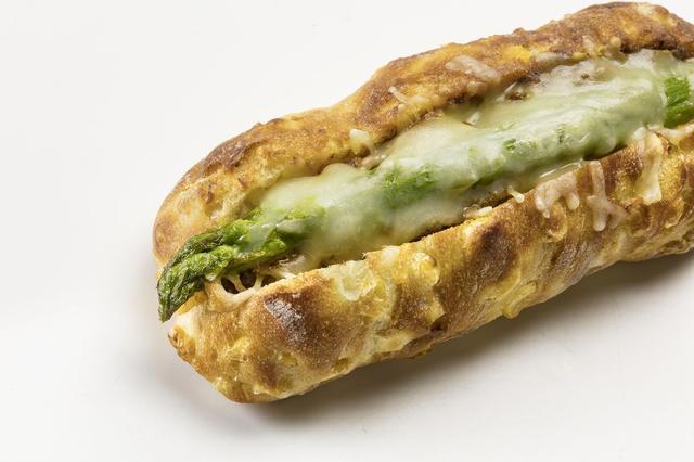 画像: 『満寿屋商店』(北海道) 期間:5月23日(水)~29日(火) 北海道十勝のファーマーズベーカリー。すべてのパンに十勝産小麦を100%使用しています。十勝産チーズ5種類を使用した「とろーりチーズパン」(380円/1個)を実演販売するほか、十勝若牛を使用したコーンたっぷりの焼きカレーパンに十勝産の旬のアスパラガスをのせた、小田急限定「アスパラコーンカレー」(560円/1個・各日限定200個)などを販売します。
