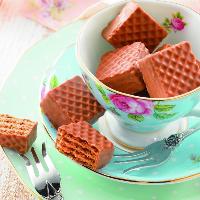 画像: 商品名:チョコレートウエハース[紅茶クリーム] 内容量:12個 価 格:720円(本体価格) 商品紹介: 紅茶の風味が豊かに広がる、リッチな味わいのクリームをサクサクの4層のウエハースでサンドし、まろやかなミルクチョコレートで包みました。 www.royce.com
