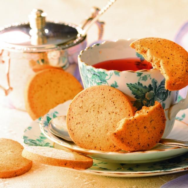 画像: 商品名:アールグレイビスケット 内容量:15枚 価 格:810円(本体価格) 商品紹介: アールグレイの茶葉をビスケットに合わせ、歯ざわりよく焼き上げました。そのまま味わうのはもちろん、紅茶やミルクなどに浸し、しっとりさせて食べるのもおすすめです。 www.royce.com