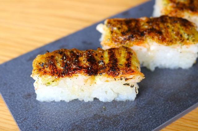 画像: <KINKA sushi bar izakayaとのコラボ商品> えびとバジルソースの炙り押し寿司 らーめんと相性抜群の異色のコンビ、おすすめの一品です。 バジルソースとエビとシャリとスープが口の中で絡み、絶品です。