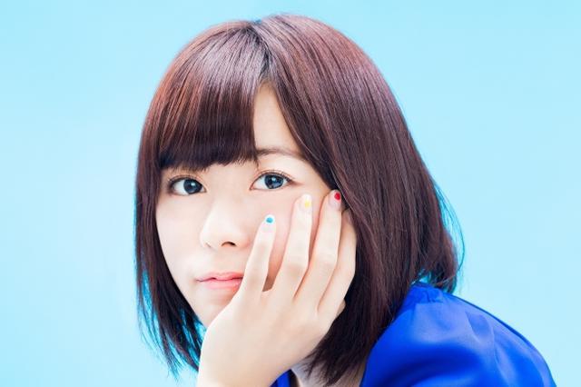 画像: 水瀬いのり(ミナセ イノリ) 声優、アーティスト。 KING AMUSEMENT CREATIVE(レコードレーベル)所属。1995年12月2日生まれ、東京都出身。 2010年にアニメ『世紀末オカルト学院』で声優デビューを果たし、2013年には、NHKの朝の連続テレビ小説『あまちゃん』の成田りな役などでも活躍。2016年の第10回声優アワードで、主演女優賞を受賞、同年5月に『心が叫びたがってるんだ。』(成瀬順役)の演技で、第25回日本映画批評家大賞アニメーション部門新人声優賞を受賞した。2018年5月23日に2ndアルバム「BLUE COMPASS」をリリース予定。6月からは自身初となるソロライブツアーが控えており、ツアーファイナルは7月1日の幕張メッセイベントホール公演。