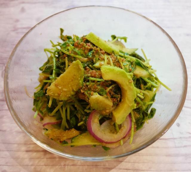 画像: 『アボカドの緑風サラダ』 アボカド・豆苗・きゅうり、緑の野菜をふん だんに入れました。ごまソースが美味しさを 引き立たせます。