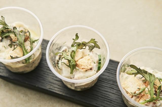 画像: さばのひもののポテトサラダ 旨みたっぷりな鯖の香ばしさと塩けを足し刻んだディルを添えた、和洋折衷を感じさせるオシャレなポテトサラダ。鯖の油にポテトのクリーミーさが絶妙に絡み、旨みが引き立つ味わい。マッシュポテトはハチミツでよりまろやかさを増している。フランスの古典料理「ブランダート」からインスピレーションを得ている。 ポイント:スパイスやハーブを取り入れたヒューガルデンとの相性 食材:鯖のひもの・きゅうり・新玉ねぎ・ポテトサラダ・ディル・べったら漬
