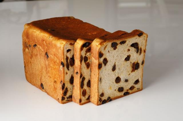 """画像: 北海道産高級小麦粉「キタノカオリ」とオリジナルブレンドの国産八穀""""Jシリアル""""、ブレンドラムレーズンを惜しみなく練りこんだホテルならではのレーズンブレッド。"""