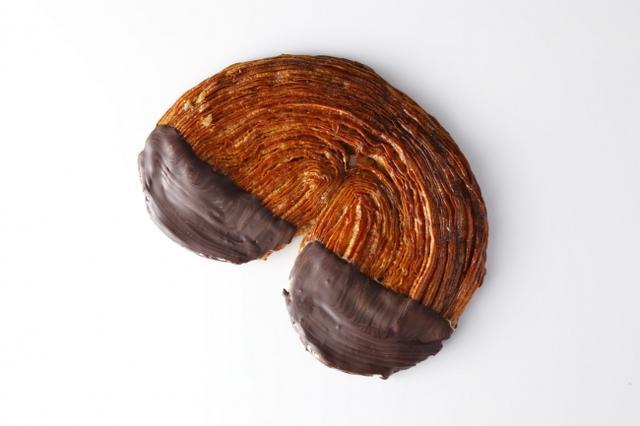 画像: クロワッサン生地に和三盆をふんだんに使用し、バニラを包み込んで焼き上げ、チョコレートで仕上げました。