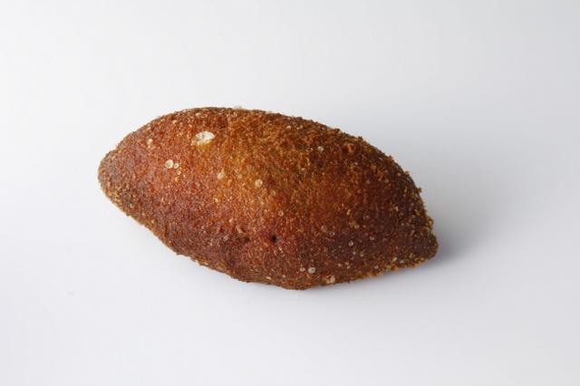 """画像: コーヒーショップSATSUKI特製の「銀座ビーフカレー」を特製生地で包み揚げました。サックリとしたパン生地と、濃厚なカレーが絶妙なハーモニーを奏で、""""カレーを食べている""""かのうような感覚を表現した満足感たっぷりのパンです。"""