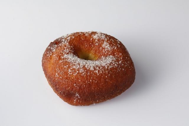 画像: 北海道産高級小麦粉「キタノカオリ」を使用したこだわりの生地で、塩味の効いた黒蜜あんを包み込み米油で揚げ、オーガニックの準糖で仕上げました。
