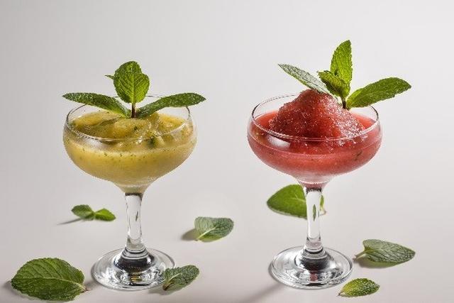 画像: (右)ストロベリーフローズンモヒート 1,850円 ★新メニュー フレッシュミントを刻んでつかうことでミントの清涼感をダイレクトに感じることができるモヒートです。芳醇なストロベリーの果実味と甘さ控えめなすっきりとした味わいが楽しめるカクテルです。 (左)ピーチフローズンモヒート 1,850円 ★新メニュー フレッシュミントの清涼感をダイレクトに感じることができるモヒートに  ピーチを合わせました。まるでピーチを丸ごと味わっているような感覚をお楽しみください。