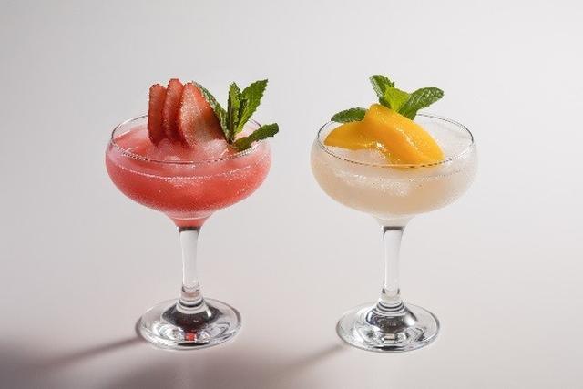 画像: (左)ストロベリーフローズンマルガリータ 1,850円 ★新メニュー キレのあるフレッシュな味とほかのシルバー・テキーラには無い上品でまろやかな口当たりが特徴のパトロンシルバーに、フレッシュストロベリーをあわせた酸味と甘味のバランスが絶妙なフローズンマルガリータです。 (右)ピーチフローズンマルガリータ 1,850円 ★新メニュー パトロンシルバーとフレッシュなピーチをあわせすっきりとした味わいに仕上げた夏にふさわしいフローズンカクテルです。