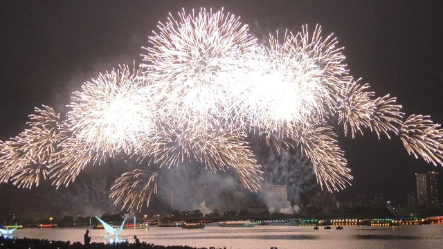 画像: フィナーレを飾る見事な花火…