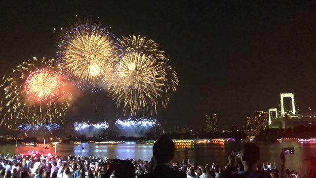 画像: 夜空に大輪の花火が打ち上がると一際大きな歓声が上がりました!
