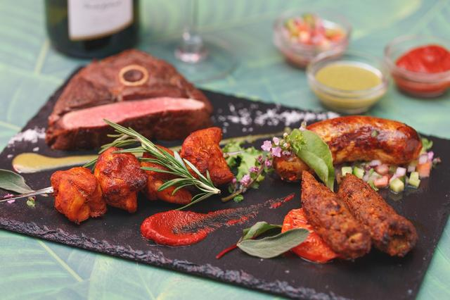 画像: 豪州産 骨付き羊肉の厚切りスパイスステーキ 1/2 pound /1,680 円(税別)