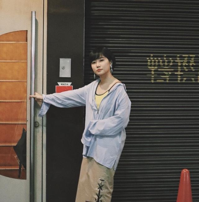 画像: たなかみさきさんプロフィール イラストレーター。1992年、埼玉県出身。酒と歌と哀愁をこよなく愛す25歳。日本大学芸術学部美術学科版画コースを卒業後、表参道manhoodでの個展を行ったのち、熊本に移り住みフリーのイラストレーターとして活動。2017年3月からは拠点を熊本から東京に移し、活気ある熊本で培った完成を生かし、書店やグッズ制作など作品の幅を広げて活動中。