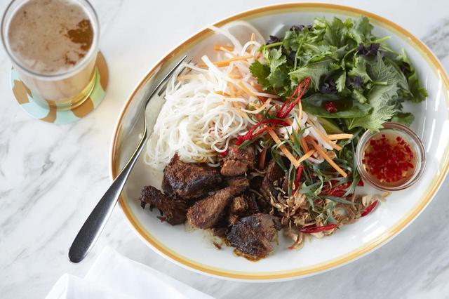 画像: ポークブレゼ&ライスヌードル w/ タマリンドソース、ピーナッツ、コリアンダー、ヌクチャム tamarind pork, cold rice noodles,pickles and noac cham LUNCH ¥2,600- DINNER ¥3,000
